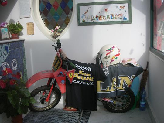 Mausoleum für einen Motorradfahrer auf dem Friedhof Santa Marinella