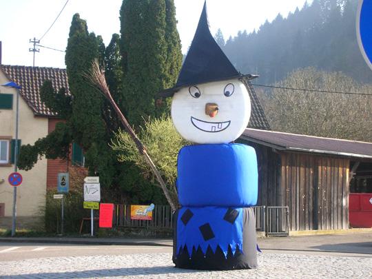 Figur auf einem Dorfplatz in Baden