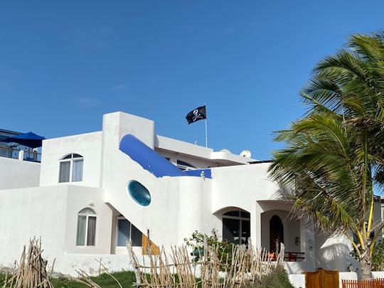 Galapagos (letztes Bild) die weiße Villa mit der Piratenflagge