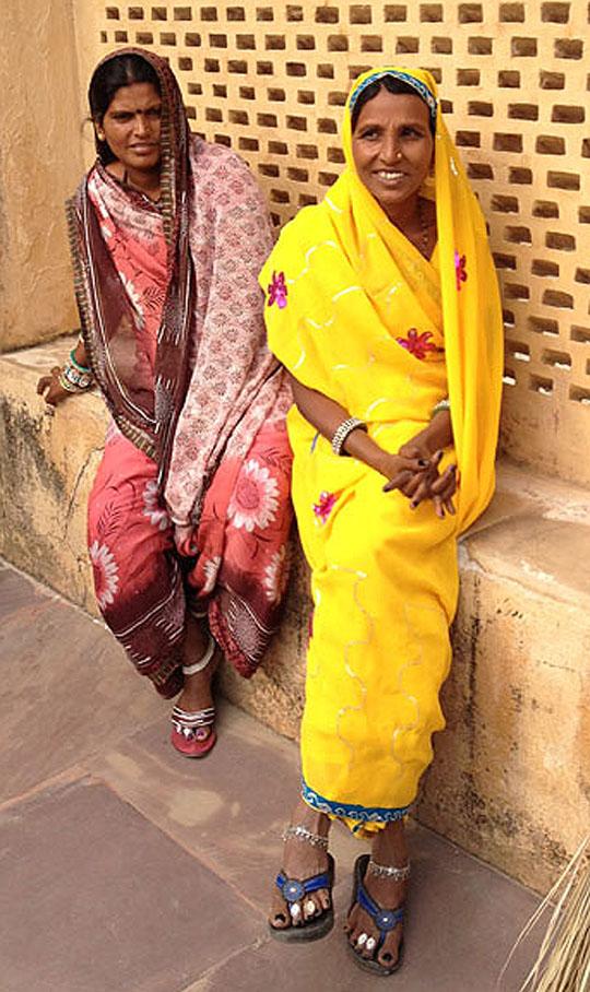 Zu Beginn: ein Mensch. Fotografiert hat diese Frau im gelben Trikot G. Braghetti 2013 in Indien