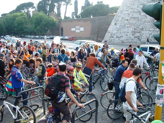 Gemeinsame Freude bei Critical Mass, Rom 2003