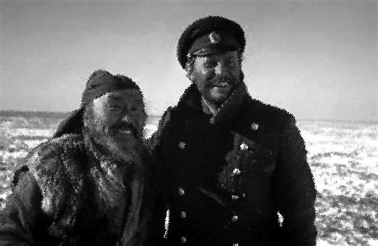 Schönes Bild: Die beiden Freunde haben wieder einmal überlebt. Maxim Munsuk als Dersu, Juri Solomin als der Capitan