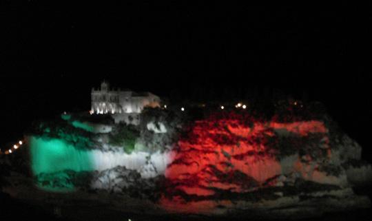 Der Felsen mit Santa Maria delle Isole vor Tropea erstrahlt in den Landesfarben Italiens