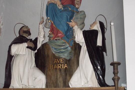 Flehende auf einer Figurengruppe eines Altars