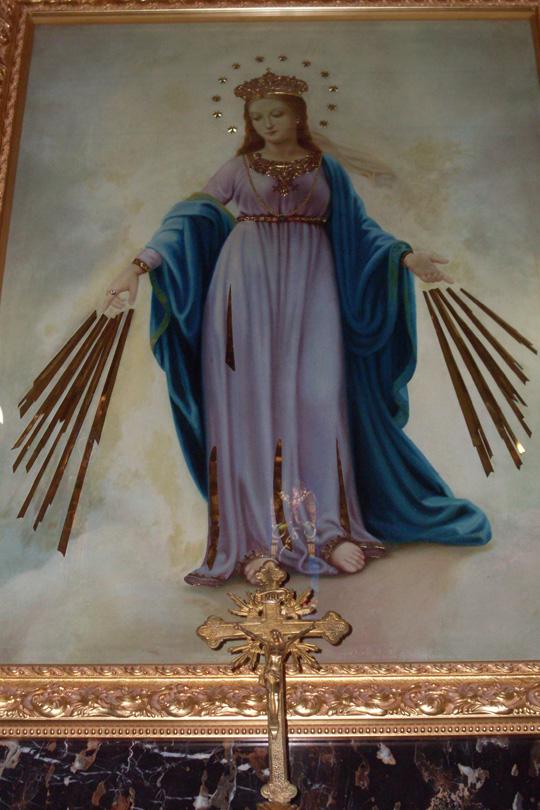 """Ungewöhnlich: Maria mit strahlenden Händen. Bei Habakuk 3,4 heißt es: """"Sein Glanz war wie ein Licht; Strahlen gingen von seinen Händen aus, darin war verborgen seine Macht."""" Hier bekam Maria die Strahlen, wurde ihr Macht verliehen. Italien ist eben Marienland, grazie a Dio."""