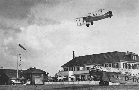 Hier setzt eine Caudron CH-125 zur Landung an, darunter eine Dornier der Lufthansa (1927/29 ca.)