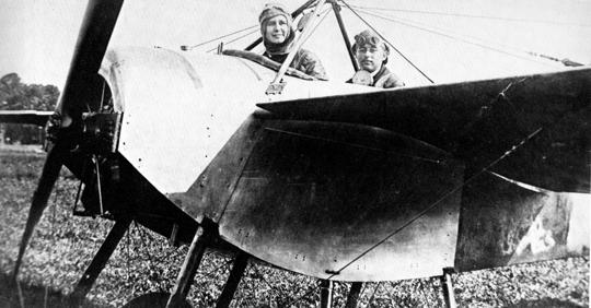 Theodor Brönner stellte (mit Passagierein) am 2. September 1913 Schweizer Rekorde auf: 120 Kilometer, 40 Minuten in der Luft, über 1000 Meter geflogen bei Tempo 180.