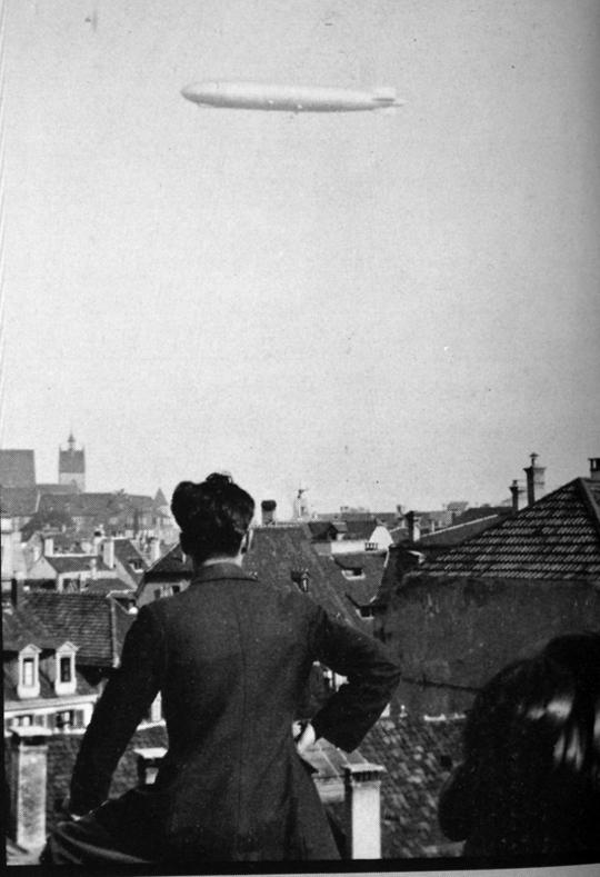 """""""'Graf Zeppelin' über Basel. Alles stürzte auf die Strassen und Dächer und auf die Balkone, um die 'fliegende Zigarre' zu bestaunen."""""""