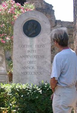 Augusts Grabmal auf dem Cimitero accattolico in Rom