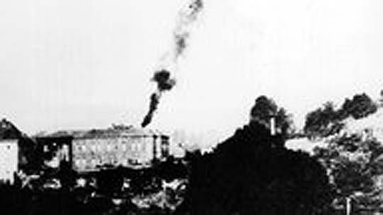 Rauch steigt auf vom Krematorium der Heilanstalt Hadamar, wo 14.000 Menschen ermordet wurden