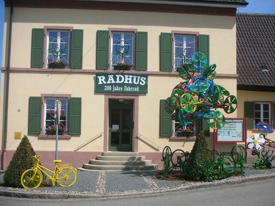 """In voller Größe: das """"Radhus"""" von Grißheim am Rhein. Ein paar Meter weiter trinke ich beim Landbäcker Kern immer gern meinen Kaffee"""