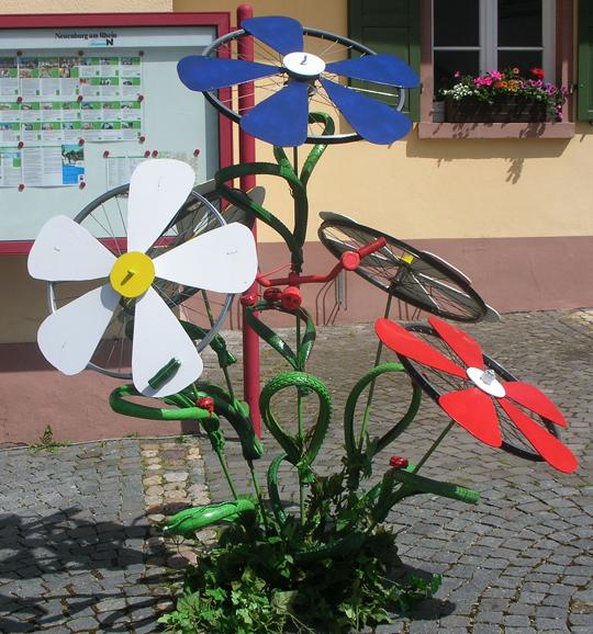 Daneben Fahrrad-Blumen
