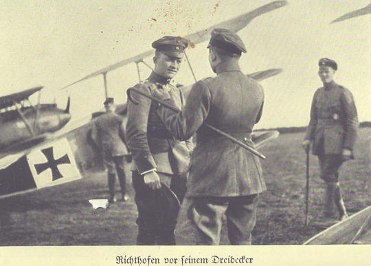Richthofen vor seinem Dreidecker (aus dem Band, Im Deutschen Verlag Berlin, 1933)