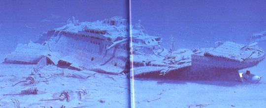 Das Heck der Titanic; der Strich in der Mitte ist der Falz des Buches